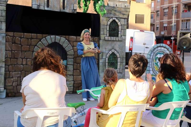 Torrentinos y torrentinas observando las actividades culturales. EPDA