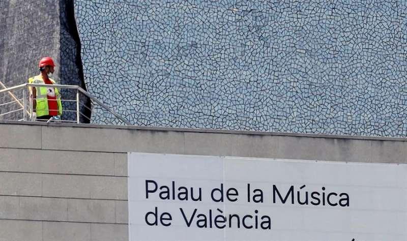 Un operario trabaja en las obras de retirada del trencadís de la fachada del Palau de la Música de València. EFE/Kai Försterling/Archivo