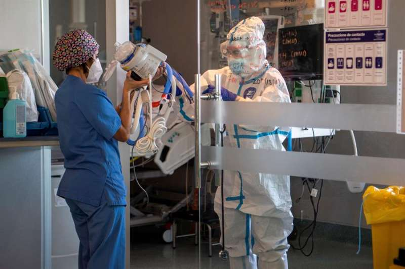 Preparativos para entubar a uno de los enfermos recién ingresado en la UCI. EFE/ Cati Cladera/Archivo