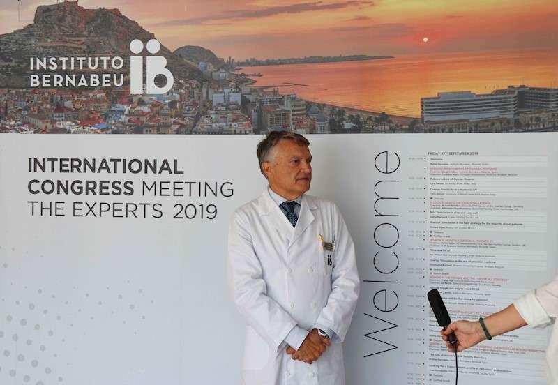 El doctor Bernabeu durante la presentación del congreso, en una imagen facilitada por el Instituto Bernabeu. EFE