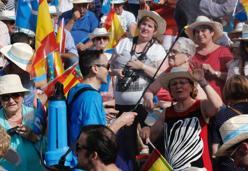 Un hombre refresca con un pulverizador de agua a los asistentes a un mitin en Valencia. EFE/Archivo
