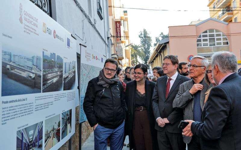 El president de la Generalitat, Ximo Puig (centro), y el alcalde de València, Joan Ribó (dcha), atienden las explicaciones sobre la Línea 10 de Metrovalencia. EFE