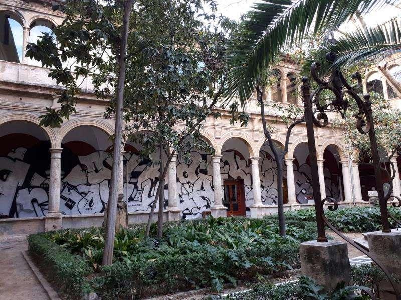 Vista general del claustro del Centro del Carmen con parte del mural de PichiAvo (al fondo), en una imagen difundida por el Consorci de Museus.