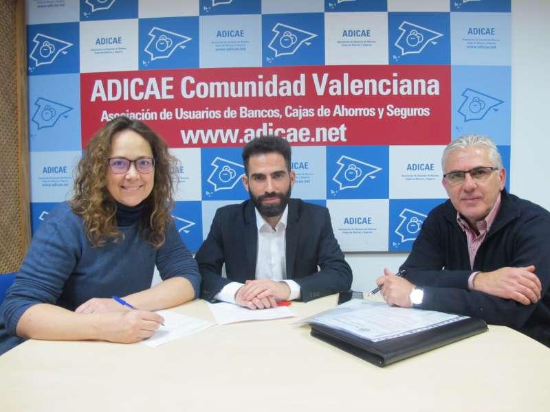 Antonio Pulido (centro) Vicesecretario general de ADICAE; Mª Carmen Galiana (izquierda) vocal de la Junta de ADICAE CV y Carles Aranda, Vicepresidente de ADICAE CV