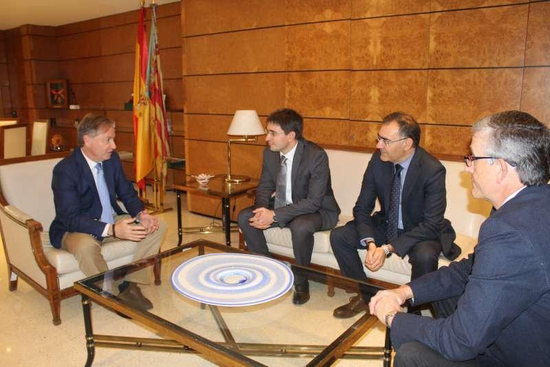El delegado del Gobiernocon el director entrante y al saliente del Aeropuerto de Valencia. EPDA
