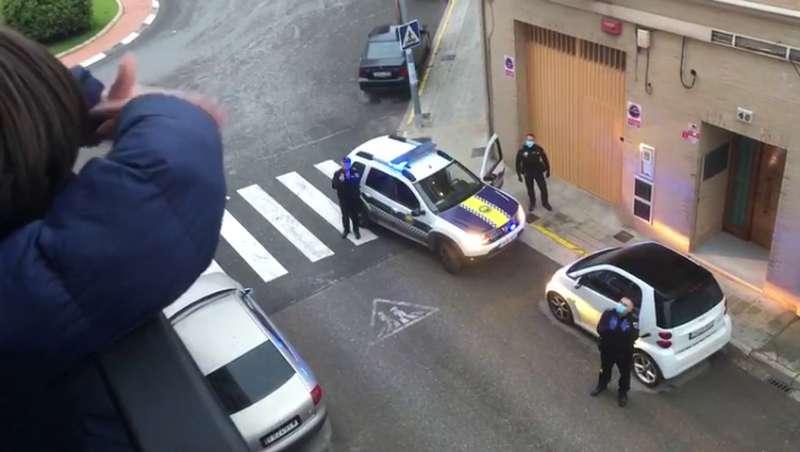 La policía local visita a un cumpleañero