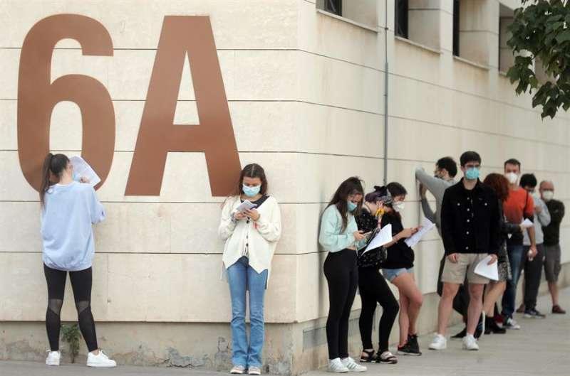 Alumnos de la Universidad Politécnica de Valencia (UPV) guardan cola en el exterior de las instalaciones del pabellón. EFE