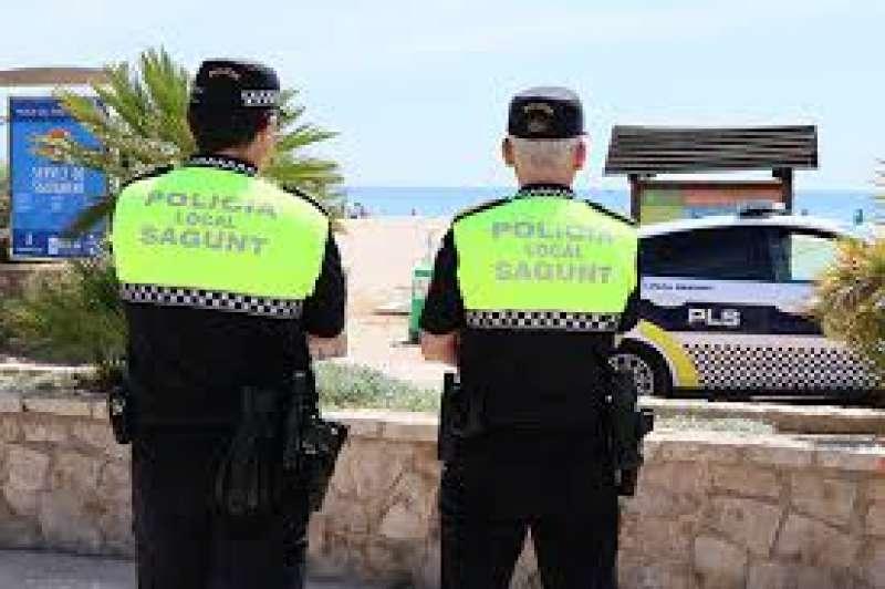 Dos agentes de la Policía Local de Sagunt. Archivo/EPDA