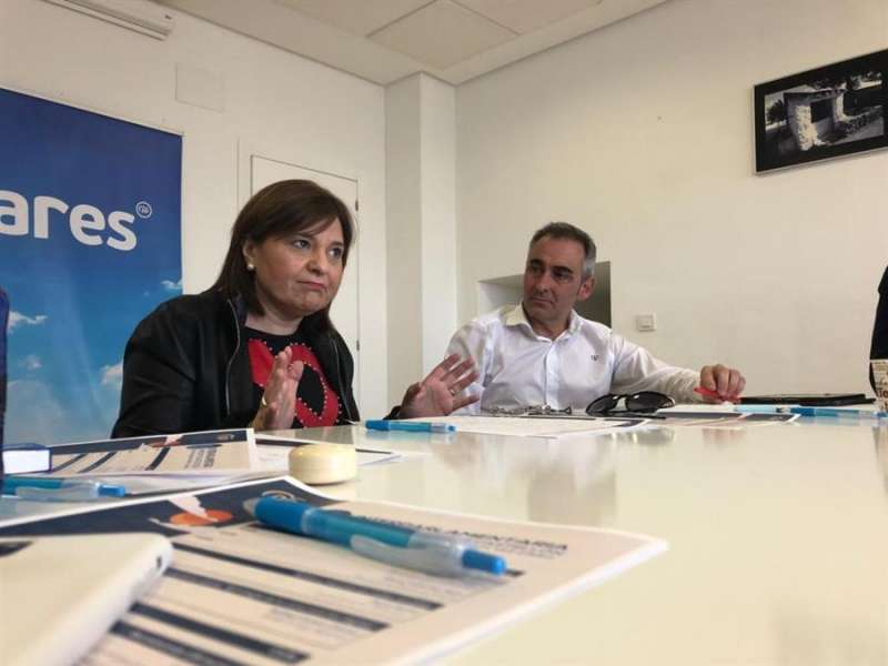 Foto cedida por el PPCV de la reunión de la presidenta del partido, Isabel Bonig, en Vall d