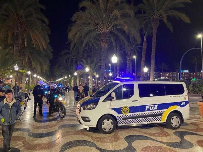 Foto cedida por el Ayuntamiento de Alicante sobre los controles de la Policía Local para evitar el botellón en la fiesta del Carnaval.