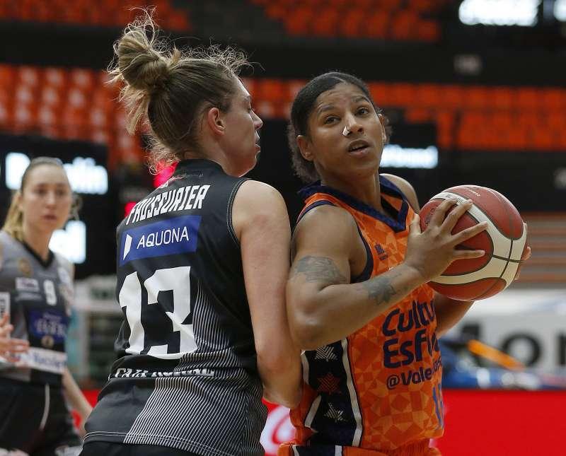 Celeste Trahan-Davis defendida por una jugadora del CD Zamarat. Foto Miguel Ángel Polo