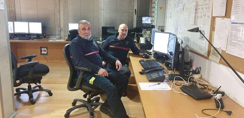 Luis García Antón, a la izquierda, junto a un compañero en su puesto de trabajo. EFE