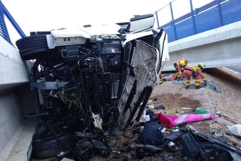Estado en el que ha quedado el camión empotrado. EFE