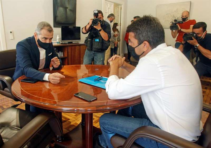 El presidente de la Diputación de Alicante, Carlos Mazón (dcha), recibe al coordinador autonómico de Cs en la Comunitat Valenciana, Toni Cantó. EFE