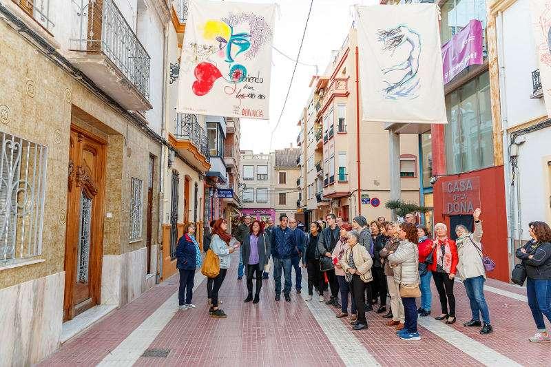 Exposición en las calles de Mislata contra la violencia machista. EPDA