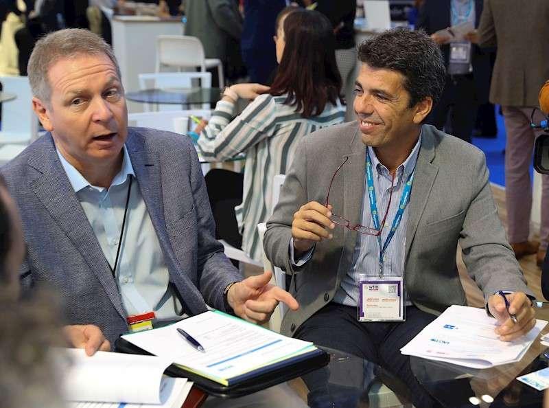 El presidente de la Diputación de Alicante, Carlos Mazón (d), durante un encuentro con la Asociación Internacional de Touroperadores de Golf (IAGTO), presidida por Peter Walton (izq). EFE/Elvira Urquijo A.