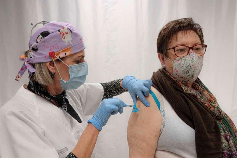 Una persona vacunada este sábado en València. / Biel Aliño (EFE)