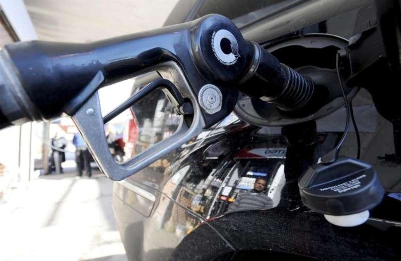 Un hombre reposta combustible en una gasolinera. EFE/Archivo