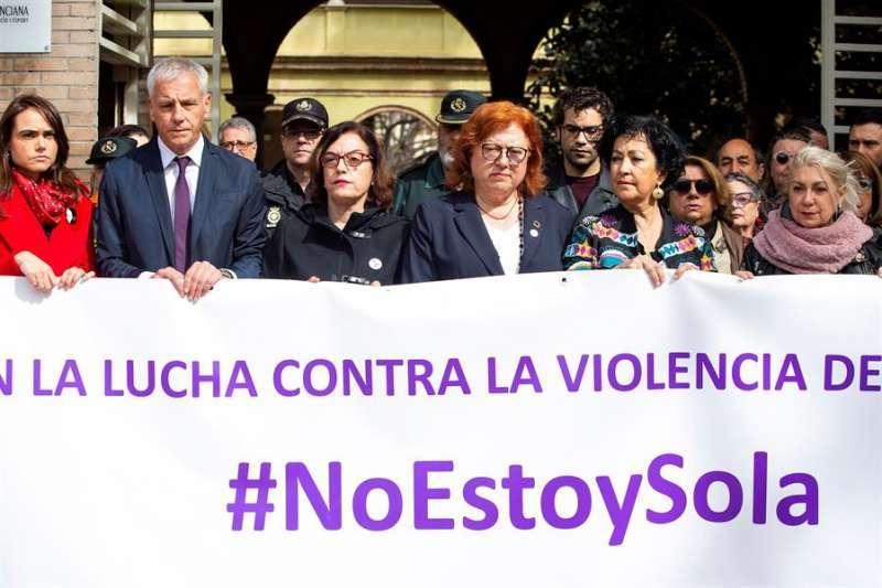 La delegada del Gobierno en la Comunitat Valenciana, Gloria Calero, durante un minuto de silencio tras un crimen de violencia machista. EFE/Domenech