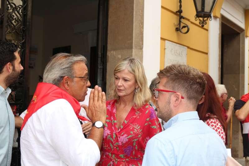 Gabriela Bravo con Mata a las puertas del Ayuntamiento de Segorbe
