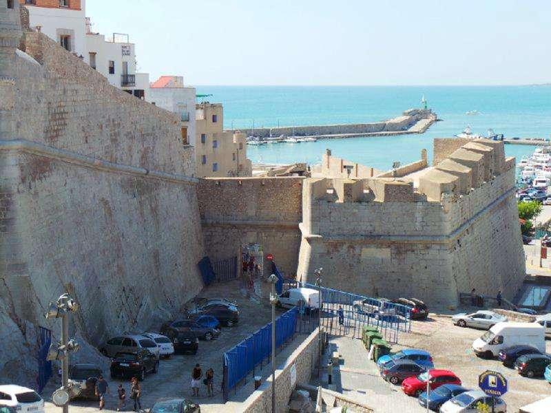 Vista parcial de la muralla y el castillo de la localidad de Peñíscola. EFE/Archivo