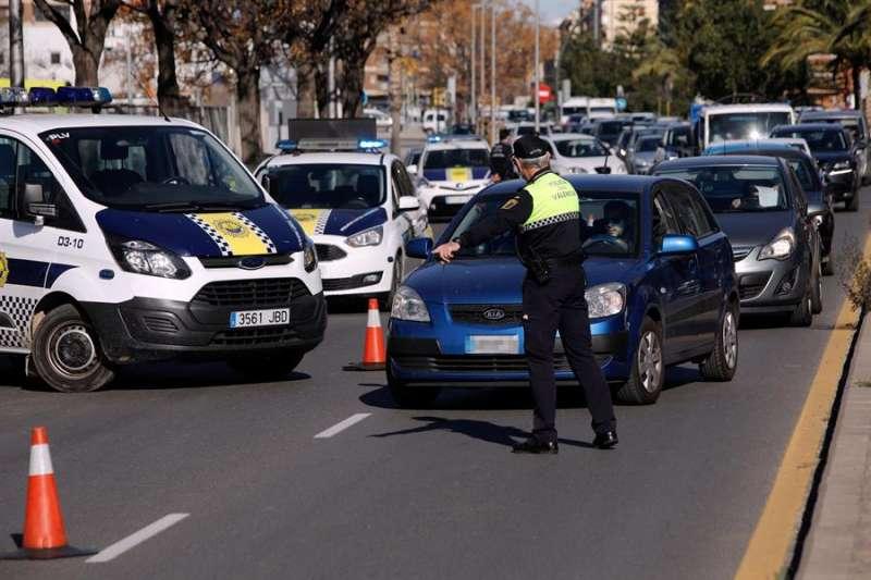 La Policía Local controla el tráfico en uno de los accesos a la capital valenciana por el cierre perimetral. EFE