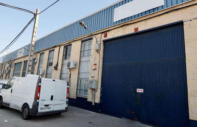 Fachada y puerta de la fábrica Magrudis, empresa fabricante de la carne mechada contaminada con listeriosis. EFE/Archivo