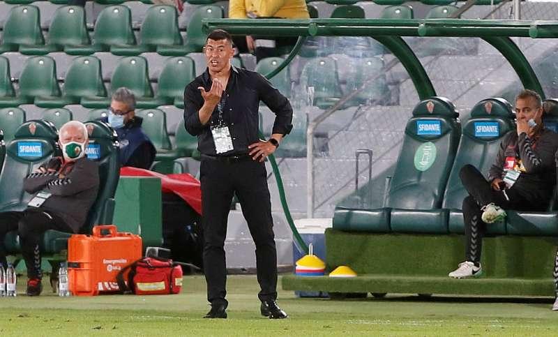 El entrenador del Elche, Jorge Almirón, durante un partido de Liga. EFE/Ramón