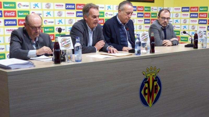 Fernando Roig (2iz) preside la junta de accionistas del Villarreal, en una imagen facilitada por el club castellonense. EFE