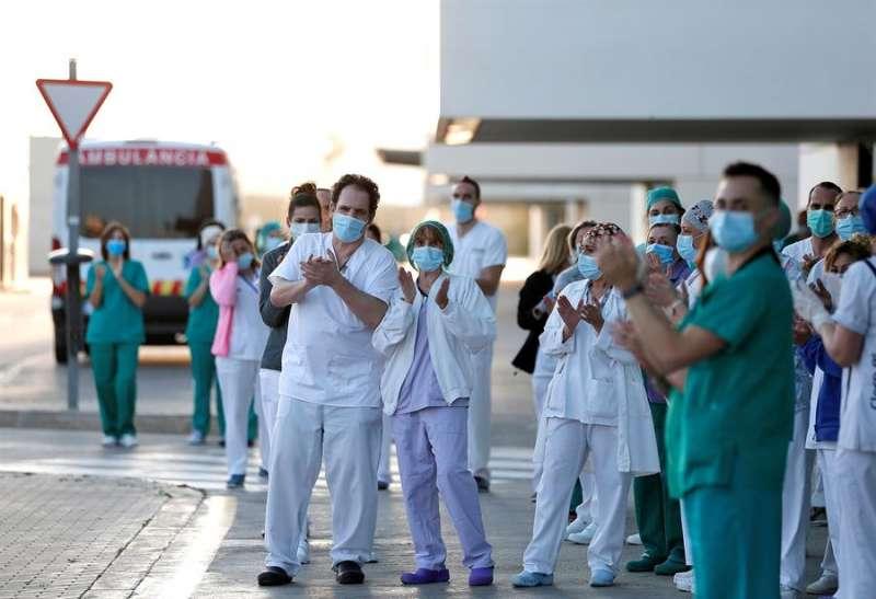 Personal sanitario del hospital La Fe de València, en las puertas del centro. EFE