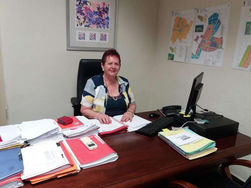 La alcaldesa de Puçol, Lola Sánchez, en su despacho del Consistorio durante la entrevista. / María José Ros