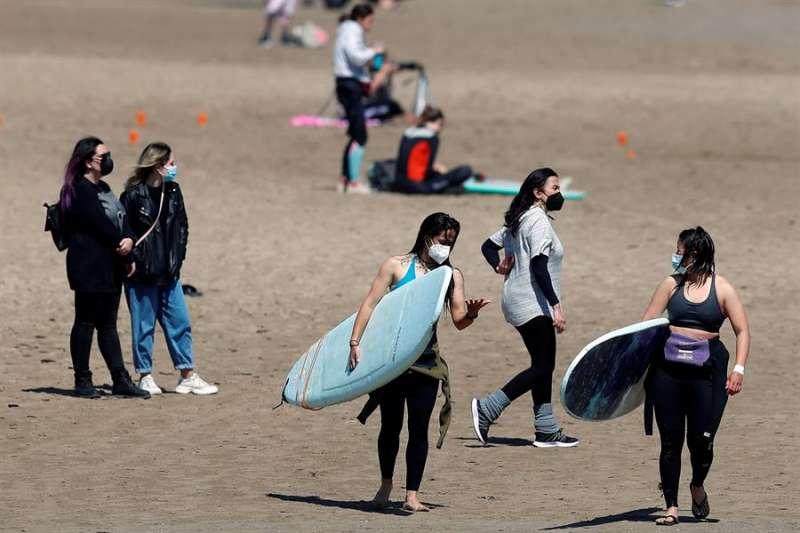 Un grupo de jóvenes en una playa valenciana. EFE/Kai Försterling