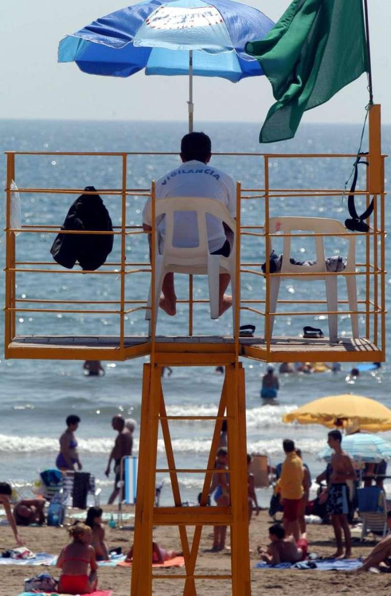 Un vigilante desarrolla su labor en una playa de Valencia. EFE/Archivo