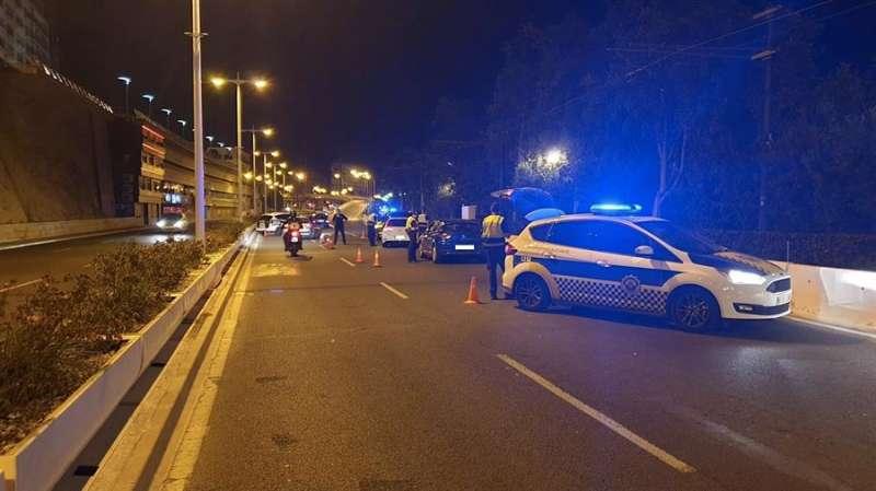 Fotografía de un control policial facilitada por el Ayuntamiento de Alicante.