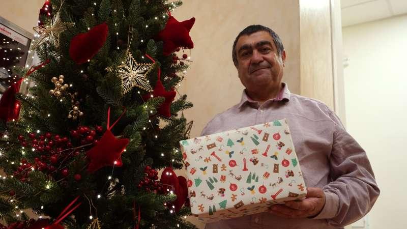 El concejal de Comercio, Fernando Carrión, muestra el papel de regalo de Paterna. epda