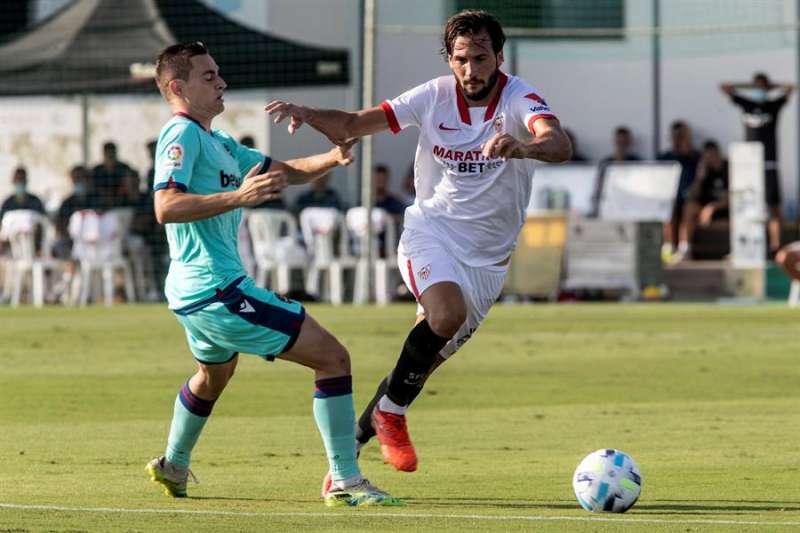 El centrocampista del Sevilla Fútbol Club Franco Vázquez (d) controla el balón ante el jugador del Levante Unión Deportiva Jorge de Frutos (i), este martes durante el partido amistoso en el estadio del Pinatar Arena. EFE/Marcial Guillén