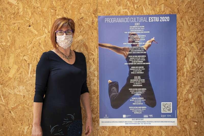Asun Moll con el cartel de la programación cultural.