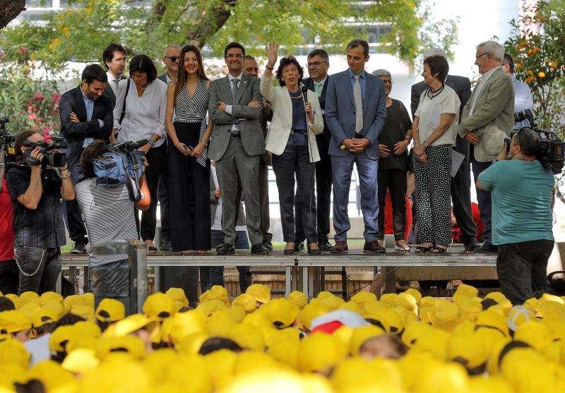 Los ministros de Educación y Formación Profesional, Isabel Celaá (c), y de Ciencia y Universidades, Pedro Duque (3d), durante la inauguración de los campus científicos de verano. Foto: EFE