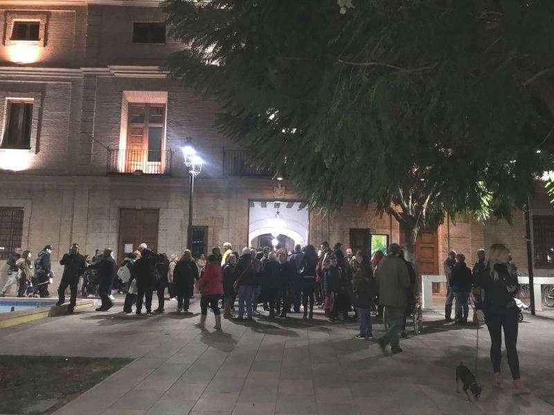 Concentración de protesta frente al Ayuntamiento de Catarroja por el cierre de la sede social de la Asociación Ca La Mare. EPDA