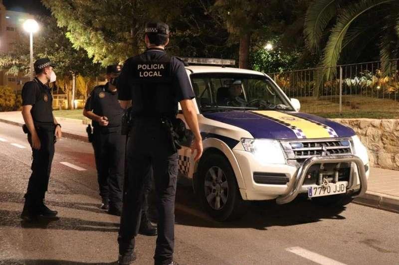 Foto cedida por la Policía Local de Alicante sobre un control para el cumplimiento de la normativa covid en locales de ocio.
