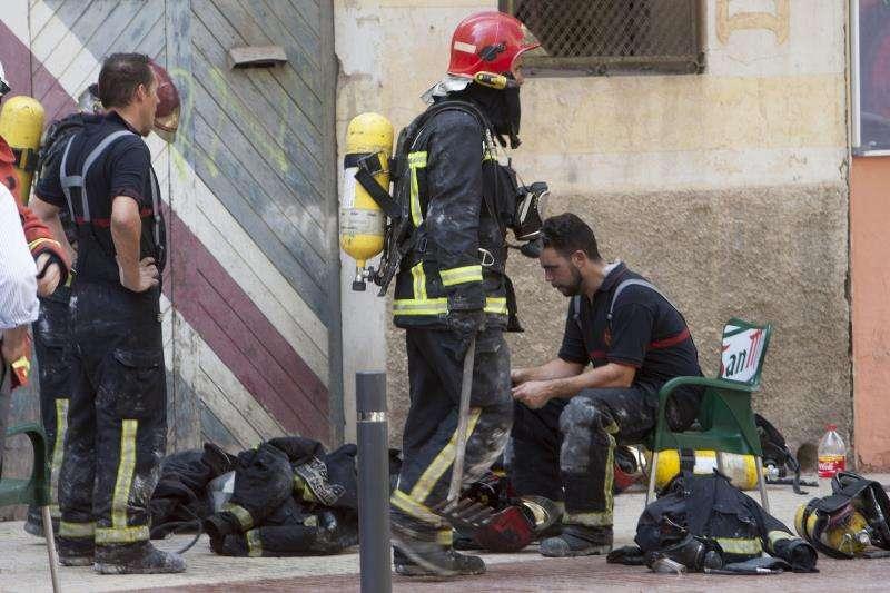 Bomberos durante una actuación en un incendio. EFE/ Archivo