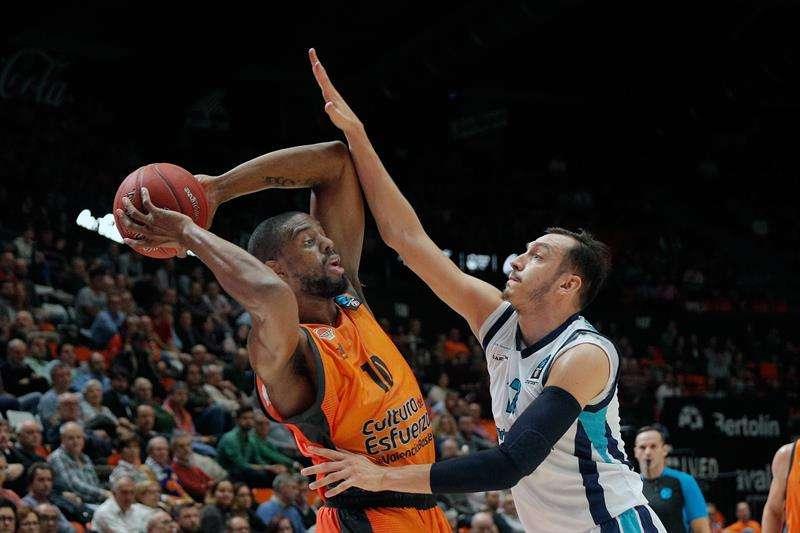 Los jugadores del Valencia Basket, Will Thomas (i) y del Turk Telekom Ankara, Metin Turen, durante el encuentro disputado en el pabellón de la Fuente de San Luis de Valencia correspondiente a la 7 jornada de la Eurocopa de baloncesto. EFE