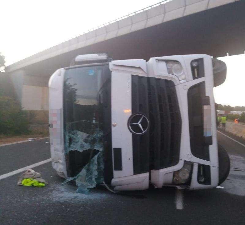 El camión accidentado, en una imagen del Consorcio de Bomberos.