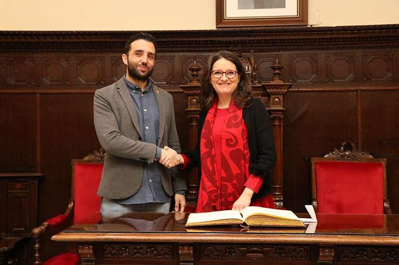 El alcalde de Sagunt, Darío Moreno, junto a la vicepresidenta de la Generalitat, Mónica Oltra. EPDA