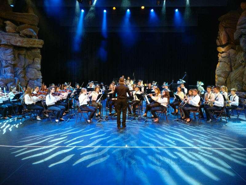 La banda juvenil y la orquesta juvenil de L?Agrupació Musical l?Amistat de Quart de Poblet en Disneyland París. EPDA