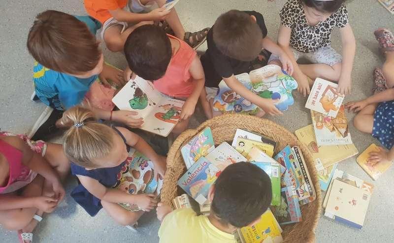 Els xiquets i xiquetes d?Alaquàs durant l?activitat d?animació lectora ?Contes a l?estiu