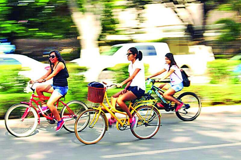 Unas turistas utilizan la bicicleta para desplazarse por la ciudad de València. / epda