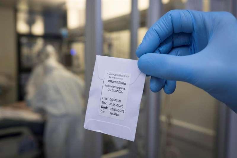 Una enfermera de la unidad de cuidados intensivos (UCI) muestra una dosis de hidroxicloroquina. EFE
