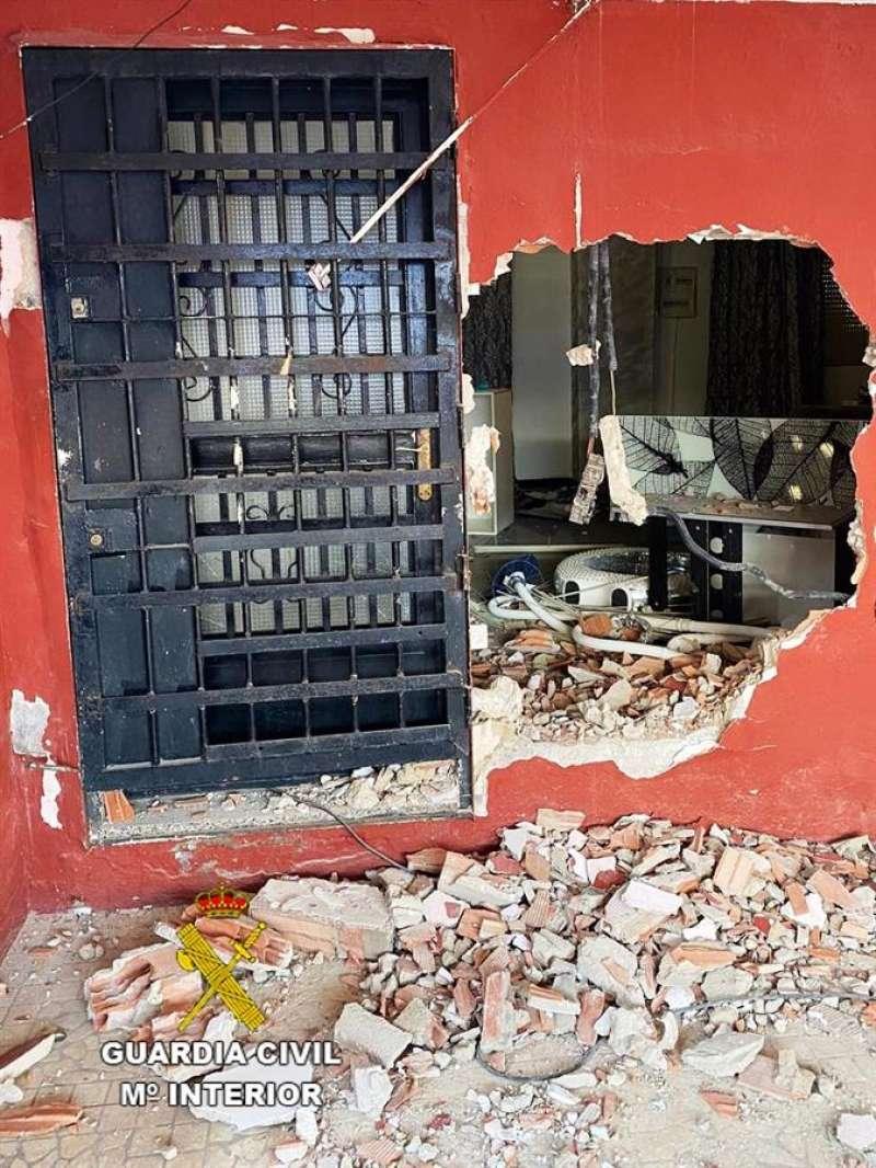 Imagen facilitada por la Guardia civil de una de las viviendas registradas. EFE
