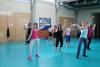 El peri�dico de aqu� -Ayer una veintena de personas realizaron este taller de zumba con el que disfrutaron de muchas modalidades de baile. Foto: EPDA.